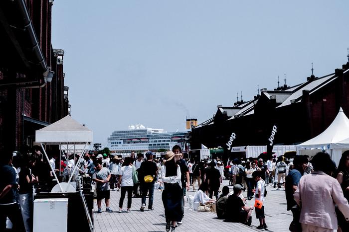 """■開催日:毎年5月下旬 ■場所:赤レンガ倉庫  気温も過ごしやすい5月下旬、横浜の赤レンガ倉庫で開催され、2日間で約10万人以上を動員する「GREENROOM FESTIVAL」。コンセプトに""""Save The Beach、Save The Ocean""""を掲げ、海やビーチのライフスタイルとカルチャーを伝えています。日本のアーティストはもちろん、2019年にはトム・ミッシュやコリーヌ・ベイリー・レイといった海外アーティストも出演。横浜の爽やかな風を感じながら、音楽・アート・フェルムなどを楽しめるおしゃれなフェスです。"""