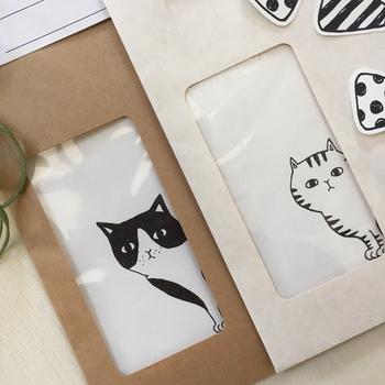 封筒に穴をあけた「窓付き封筒」にしてみるのも、喜ばれるはず。カッターで窓枠を作って、そこにパラフイン紙やトレーシングペーパーを糊で貼ると簡単に出来上がります!  こちらの作家さんの作品は、猫が覗いているというデザイン。ストーリーが感じられて、中を見るのが、わくわくしますね。