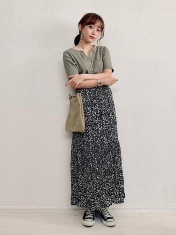 黒×カーキで大人っぽい組み合わせに。小花柄のスカートには細かいプリーツが入っていて、控えめながらも女性らしく仕上がります。