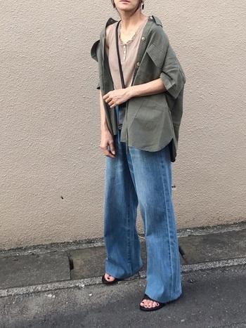 しっかり長めの裾で足長効果を狙いましょう。上着にもゆとりのあるものを使って襟を抜くことで、むしろ女性らしさが際立ちます。