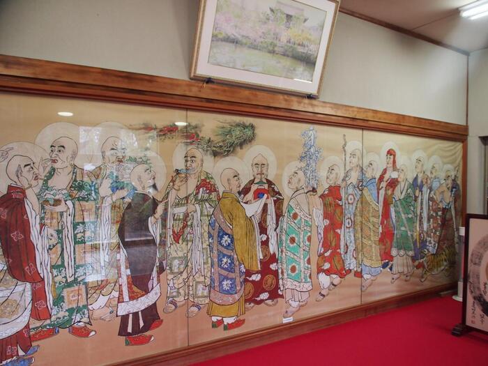 さらに隠元禅師が伝えたもののひとつに中国風の精進料理「普茶料理」というものがあり、それを萬福寺内で食べることができます。すべてが個室の空間になっていて、境内からこちらに至るまで日本にいることを忘れてしまいそうなほど異国情緒が漂った不思議な雰囲気。