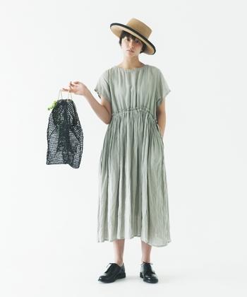 「小物で遊ぶ」のが上手なフランス女性。帽子、バッグ、靴..素材は様々でも色味を合わせたり、どこか統一感を持たせるのも上手です。