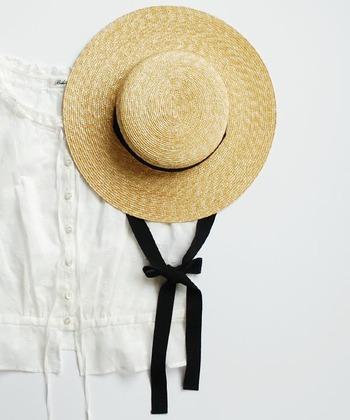 アンティークレースやカンカン帽。ノスタルジックな気分になれるものも上手に取り入れて。流行を追うばかりでは、みんなと同じになってしまうから。フレンチシックなおしゃれにおいて、レトロスペクティブな要素はきっと大事な部分。