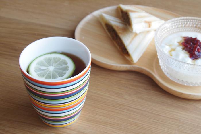 明るい色使いのマグは、食卓にあるだけで元気になれそうです!手に持った時の程よい丸みが心地よく、ティータイムを特別な時間にしてくれそうです。カフェオレ、日本茶…冷たい飲み物、温かい飲み物。オールマイティーに使える頼れるアイテムです。