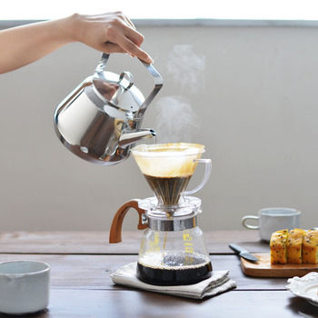 サイズは、0.5lと1.5lの2サイズ。 0.5Lサイズは、マグ1~2杯分のお湯を沸かしたい時や、コーヒーポットや茶葉を直接入れてティーポットとしても大活躍。 そのまま卓上で使える手軽なサイズがとっても魅力的! 1.5Lサイズは、マグ3~5杯分のお湯を沸かしたい時に最適です。ご家族分や来客時のティータイムなど、いっぺんに沢山お湯を沸かしたいときにおすすめです。