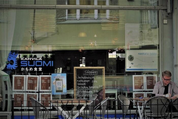 映画のロケ地フィンランドにある「かもめ食堂」は、実際に存在するお店。ロケ地となったお店が閉店してしまうことを知った日本人のオーナーが、現在ではお店を引き継ぎ「かもめ食堂(Ravintola KAMOME)」として営業されているそうです。 建物からインテリア、お料理、そして食器にいたるまで、とってもお洒落な映画「かもめ食堂」の食卓を、みなさんの暮らしの中にも取り入れてみませんか…。