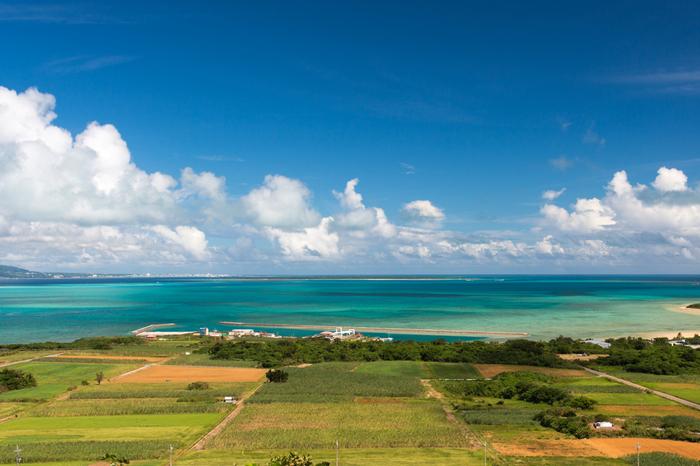 大岳山頂の展望台からの眺めは格別です。ここからは、360度の大パノラマで八重山諸島の島々を見渡すことができます。抜けるような青空、空に浮かぶ白い雲、透き通る青い海、緑豊かな牧草地が織りなす景色は絵画のような素晴らしさです。
