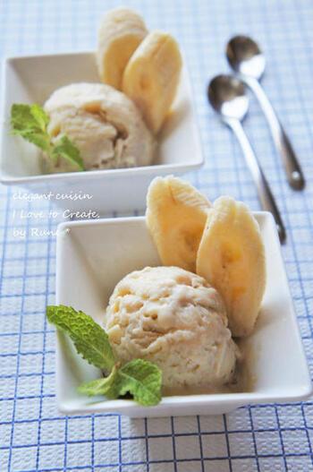 こちらは、バナナと豆腐を使ったアイスクリームのレシピです。材料をミキサーにかけたら、あとは冷やして固めるだけ。とても簡単に、優しい甘さのアイスクリームが出来ちゃいます。切ったバナナとミントの葉を添えると、お店のアイスクリームのような見た目に♪