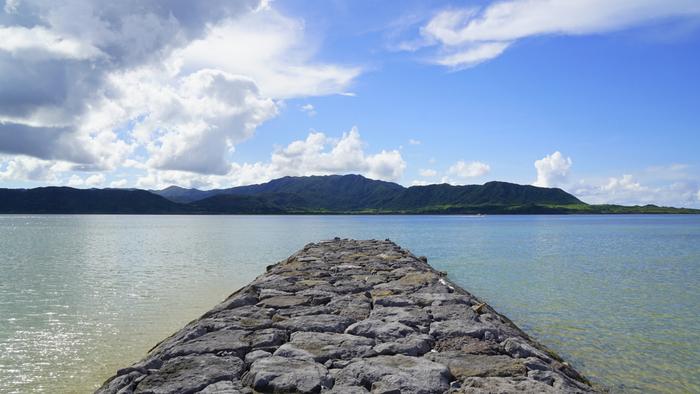 細埼海岸からは、すぐ正面に由布島と西表島を臨むことができます。