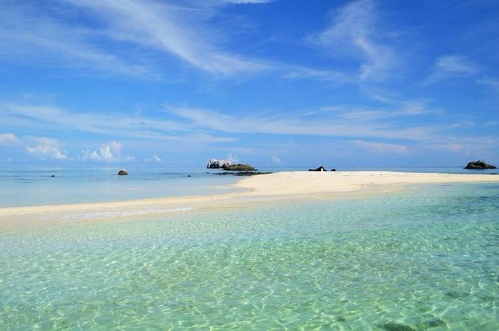 浜島は、石垣島から西に約10キロメートル離れた、小浜島と石垣島の間に浮かぶ三日月形の無人島です。満潮のときには姿を消し、潮が引いているときだけ浮かび上がる浜島は、「幻の島」とも呼ばれています。