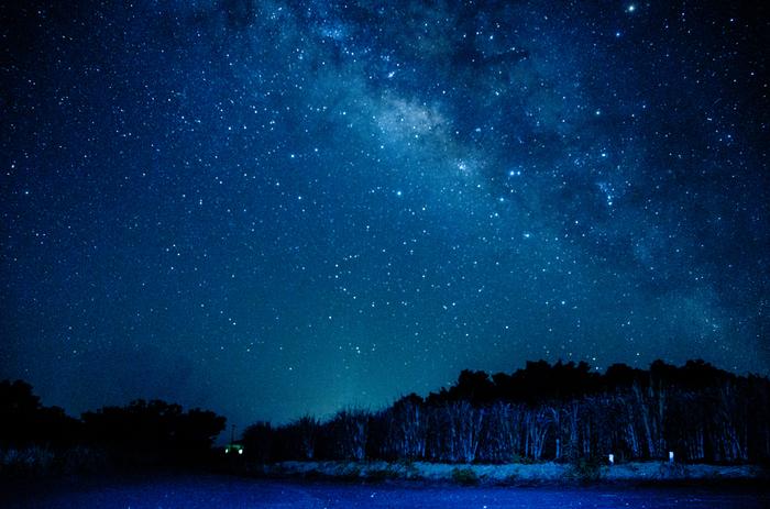 天候に恵まれると、夜の小浜島では満天の星々が煌めき、夜空は天然のプラネタリウムのようになります。星明りで周囲の景色が見えるほどに、無数の星々が競う様に光り輝く様は、まるで藍色のベルベッドに宝石を散りばめたかのようです。