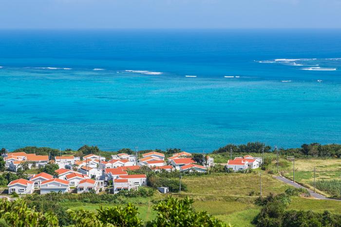 沖縄県の離島として圧倒的な人気を誇る八重山諸島の島々の一つである小浜島は、八重山列島の中央部に位置しています。また、小浜島は、2001年に放送されたNHK連続テレビ小説「ちゅらさん」の舞台として描かれた場所でもあります。