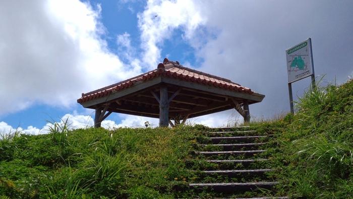 西大岳展望台は、大岳の西側に位置している展望台です。展望台への入口からは大岳と同じく急勾配の階段が続いています。