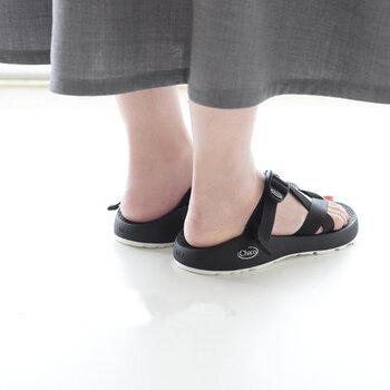 サンダルをはいたり、ちょっと短いスカートやパンツを楽しみたくなる夏。素足になる機会も増えて、フットネイルをしたくなったり、かかとのカサカサが気になったりする季節でもありますよね。