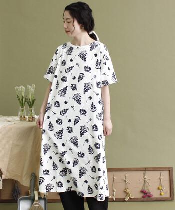 白ベースのTシャツワンピースに、フルーツプリントが描かれたアイテムです。モノトーンなカラーで、派手過ぎるワンピースに抵抗があるという大人女子にもぴったり♪白や黒のパンツやレギンスを合わせたり、カラースカートとのレイヤードもサマになります。