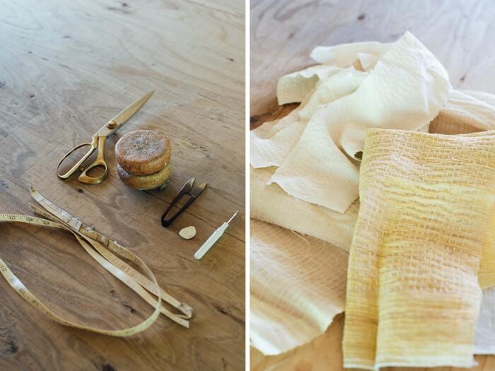 道具はミシンと手縫いに必要な最低限のもののみ。アトリエ内には、工場で廃棄となったパーツや端切れのストックも。形がいびつなものや、小さすぎる布の幅は「制限」ではなくヒントになる