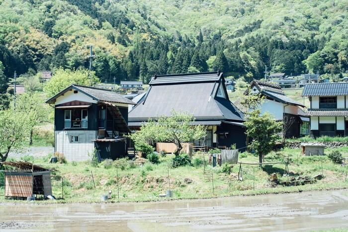 アトリエ(写真左)と住居兼ショールーム(写真中央)