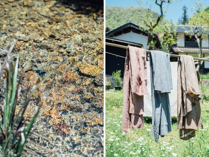 庭の川で染めた布。鮮やかな草木染よりも植物本来が持っている灰・茶・桃色などの曖昧な色を愛す。この春は、あく抜きをきっかけにツクシなどの山菜で染物に挑戦した。居相さんの中で、生きることと服作りは繋がっている