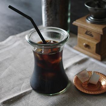 水出しコーヒーやアレンジドリンクをおいしく味わえるWECKのガラスウェア。写真は、中央を絞った形が手に馴染んで持ちやすい「デリカテッセン」。ドリンクと氷を合わせて注ぐのにちょうどいい330mlサイズのほか、ひといきに飲める180mlサイズも。