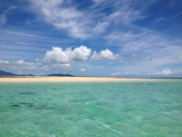 周囲に視界を遮るものが何もない浜島では、360度の大パノラマで透き通る青い海が広がっています。ここでは、まるで海の上を歩いているような気分を味わうことができます。