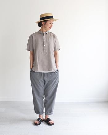 ボタン付きのプルオーバータイプの半袖シャツに、ワイドテーパードパンツを合わせたメンズライクなスタイリング。シャツの裾からインナーを少し覗かせたり、パンツの裾をロールアップした小技を効かせた着こなしがおしゃれです。