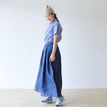 ギンガムチェックの半袖シャツ×デニムロングスカート、夏らしいブルーでまとめたスタイリング、ボリューム感のあるロングボトムスは、シャツをインすることですっきり脚長効果も期待できます。