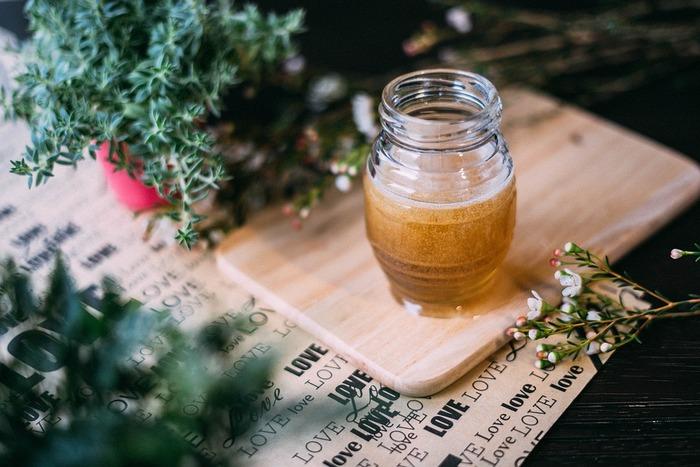 市販でもたくさんの種類のリップスクラブが売っていますが、実はお家で簡単に手作りすることが可能です。作り方はとってもシンプル。はちみつと砂糖を1:1で混ぜるだけで完成。