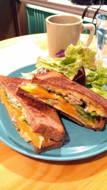 10種類から選べるオリジナルホットサンドの中で、1番人気なのが「WNCサンドイッチ」です。ポークソテーとオレンジ、ルッコラ、チェダーチーズ、ゴーダチーズ、ピクルスが入っていて、隠し味のライムが効いた爽やかなひと品。