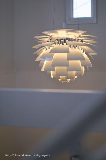 こちらも、ルイスポールセン社の名作照明「PHアーティチョーク」。西洋野菜のアーティチョークの蕾のようなデザインが特徴です。点灯している時はもちろん、消灯している時も存在感を放ちます。