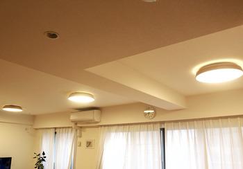 天井に直付けし、部屋全体を照らすのが「シーリングライト」。すっきりとしたシンプルデザインで、お部屋のインテリアになじみます。