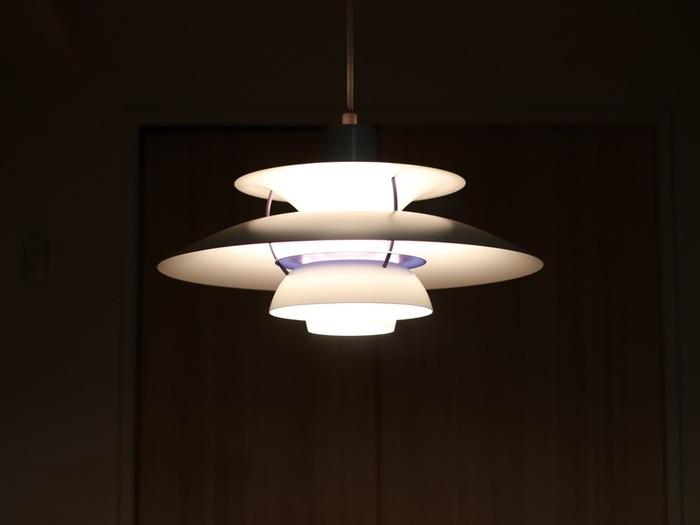 北欧照明の代名詞、ルイスポールセン社のプロダクトは、その機能性とデザイン性で空間をクラスアップしてくれます。その中でもデンマークでは「国民的照明」とも呼ばれている「PH5」がこちら。円盤のような独特のフォルムと、計算されつくされた良質な光が特徴です。