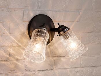 壁に取り付けるタイプの照明が「ブラケット」。デザイン性の高いアイテムも多く、クラス感のある空間がつくれます。