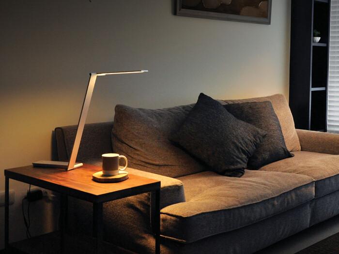 ゆったりと過ごすソファサイドには、ぜひスタンドライトを。部屋を暗くしたい時でも、手元だけを明るく照らしてくれるため読書が趣味の方にもぴったりです。スマートなデザインなら、モダンなインテリアにも自然になじみます。