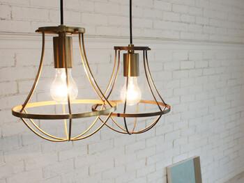 同タイプの照明ををふたつ並べると、明るさを調節できるだけでなく、リズム感のある素敵なインテリアに仕上がります。