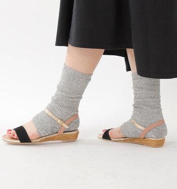 毎日サンダルが大活躍な夏の日に、たまにはこんなおしゃれなレッグウォーマーはいかがですか? meri ja kuu(メリヤクー)のレッグウォーマーは、シルクを混紡したふんわりとした柔らかな生地で、履き心地が優しいのが特徴。かかとをカバーしながら、いつもと違った足元づくりを楽しんでみてくださいね。
