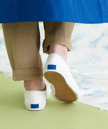 オンオフ問わずおしゃれには欠かせないヒールですが、休日はスニーカーで過ごすなど、かかとにとっての休息日を作ってあげましょう。通勤時間はヒールの低い靴にするなど、一日の中での負担を減らしてあげるのも良い方法です。