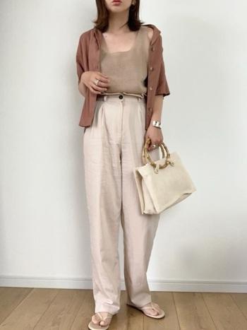 カーディガン感覚で、夏の羽織りとしても使える半袖シャツ。ベージュコーデにアースカラーのシャツを合わせて、さらりと着こなしています。