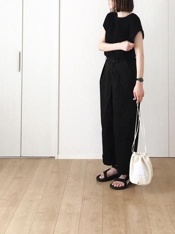 オールブラックでクールに仕上げたきれいめコーデ。サンダルで肌見せしたりホワイトバッグを持ったりして、軽さとぬけ感を出すようにすると夏でも重たい印象になりません。