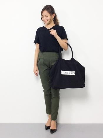 VネックのTシャツに、アンクル丈のパンツとパンプスを合わせれば、オフィスでも活躍してくれそうなきれいめなスタイルに。デコルテがきれいに見えるVネックTシャツは、アクセサリーやスカーフを使うと、また違った雰囲気のコーデになりますよ。