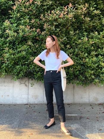 Tシャツ×デニムの定番スタイルも、ダークネイビーやブラックのスリムタイプを合わせれば、洗練されたきれいめスタイルに。 デニムにハイテクスニーカーやダッドスニーカーなど、ごつめのアイテムを合わせてしまうとカジュアル度が上がってしまうので、バレエシューズで女性らしくまとめてあげましょう。