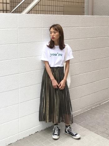 カジュアルな印象の強いロゴTシャツは、フェミニンなプリーツスカートでレディライクに。足元まできれいめにまとめてしまうとTシャツだけが浮いてしまうので、あえてスニーカーで外すのが垢抜けポイントです。