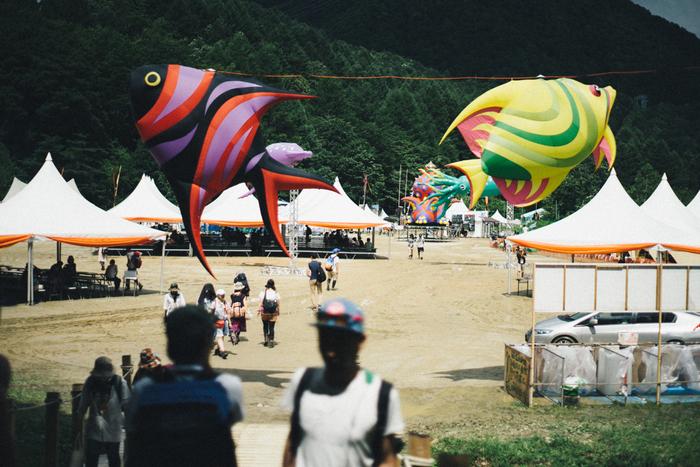 """■開催日:毎年7月下旬から8月上旬 ■場所:苗場スキー場  日本最大級の野外音楽フェス、「FUJI ROCK FESTIVAL」。フジロックという名前は、発足当初は富士山が見える山梨県で行われていたため。現在は、自然豊かな新潟県湯沢町の苗場スキー場で開催されています。広く開放的な空間で、出演者もかなり数が多いため満足度が高く、動員は約12万以上と人気の高いフェスでもあります。""""自分のことは自分で""""""""助け合い・譲り合い""""""""自然を敬う""""といったコンセプトから、クリーンな印象もあり世界的にも注目されています。"""