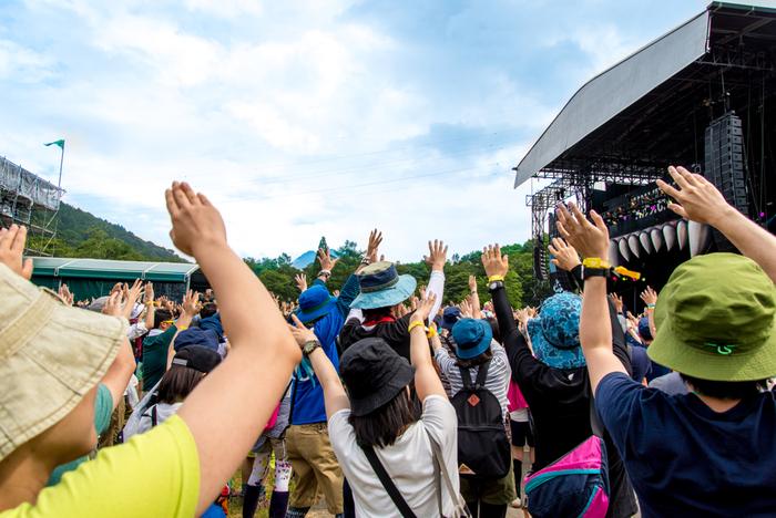 """フェスとは英語の「festival(フェスティバル)」や、イタリア語の「festa(フェスタ)」に由来します。 基本的には1組~数組のアーティストが数時間で行うライブに対して、フェスは様々なアーティストが多数集結し、各アーティストはタイムテーブルに従い数曲を披露します。個性豊かな音楽を1日中楽しめる、まさに""""音楽のお祭り""""と言うわけです。様々なアーティストのファンが参加するため、ライブとはまた違った賑やかな一体感が楽しめます。"""