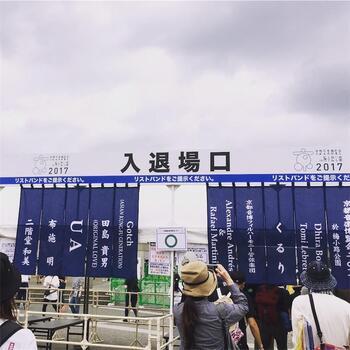 ■開催日:毎年9月下旬 ■場所:梅小路公園芝生広場  アーティストのくるりが主催する野外フェス、「京都音楽博覧会」。通称「音博」として親しまれています。邦楽アーティスト中心に国外アーティストも招かれ、バンドや弾き語りなど様々なスタイルの演奏を楽しめます。派手過ぎず小規模でも、ファンと共に京都を代表するイベントとして年々大きく作り上げられてきた温かなイベントです。