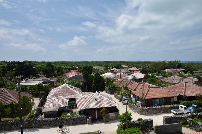 八重山諸島の玄関口、石垣島の南西部にぽっかりと浮かぶ竹富島は人口364人、戸数177戸の小さな島です。珊瑚礁の隆起によってできた竹富島は、島全体が平坦となっており、徒歩やレンタルサイクルで十分に観光を楽しむことができます。