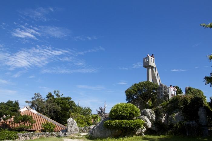 なごみの塔は、竹富島集落内にある展望塔で、国の登録有形文化財に指定されています。残念ながら老朽化のため、塔の上に登ることはできませんが、似たような景色が広がる竹富島集落内での散策は、この塔を目印にすると迷いにくいですよ。