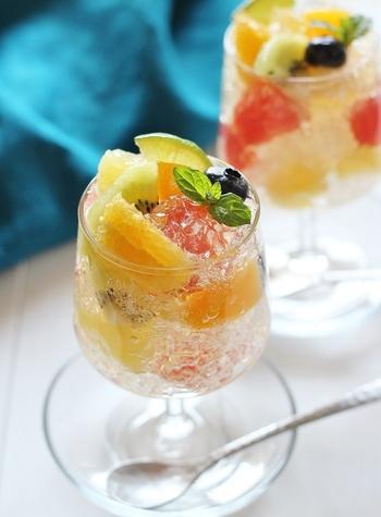 レモン汁を入れた炭酸ゼリーとフルーツをグラスに盛り付けた、見た目も涼しげなゼリー。ゼリーのシュワッとした食感とフルーツのジューシーさを味わえます。