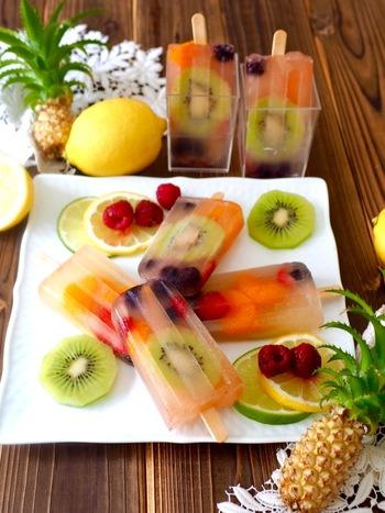 100%りんごジュースとたっぷりのフルーツを使って作るアイスバー。フルーツの食感の違いも楽しめます。夏休みのお子様のおやつにも。