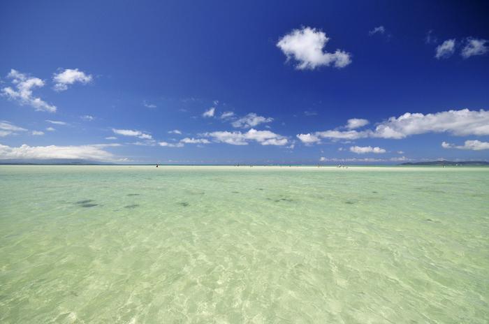 どこまでも続く透明な海、抜けるような空の青さ、空に浮かぶ白い雲が織りなすコンドイビーチの景色は、まるで一枚の絵のようです。波が穏やかで遠浅の海となっているコンドイビーチは、海水浴スポットとしても人気のビーチです。