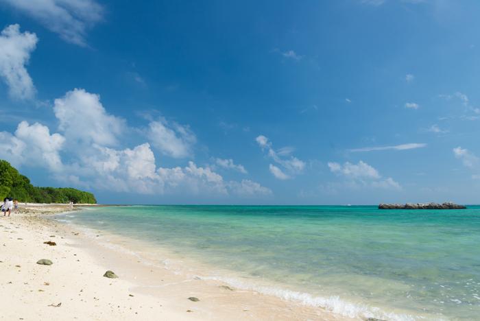 竹富島有数の景勝地として知られているカイジ浜は、星砂の浜としても有名です。カイジ浜は、潮の流れが速いため、遊泳は禁止となっていますが、ただ美しい海を眺めながら、のんびりと過ごしたい人にとってはおすすめの場所です。